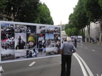 Tbilisi, 7 agosto 2009. Nel primo anniversario della guerra del 2008 in Ossezia del Sud, fotografie esposte nella via centrale di Tbilisi ricordano anche i conflitti di inizio anni Novanta. (foto G. Comai)