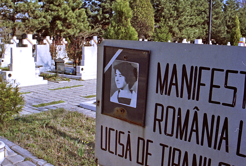 Una lapide nel cimitero dedicato ai martiri della rivoluzione a Bucarest - foto di F. Martino