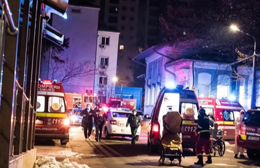 I soccorsi in azione presso l'ospedale Matei Balș di Bucarest - screenshot da Youtube