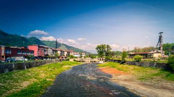 Il torrente Jiu scorre attraverso Petrila, Romania (© MrZoli/Shutterstock)