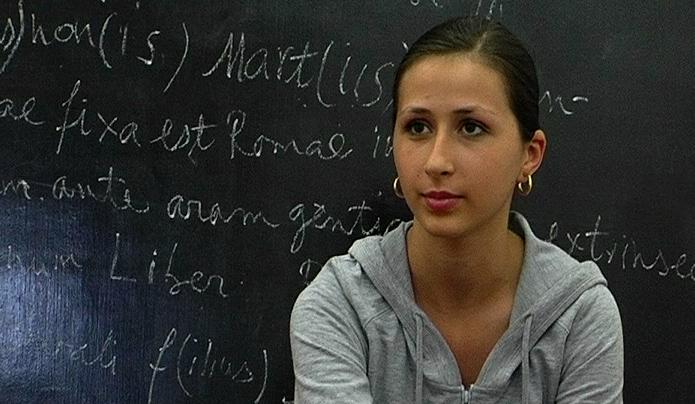 Una studentessa in una scuola di Bucarest - foto di Davide Sighele, OBC