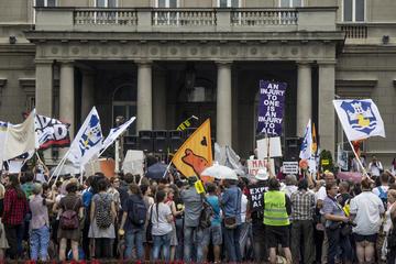 """Belgrado, durante una manifestazione contro il progetto """"Belgrado sull'acqua"""" (foto ©  Di BalkansCat/Shutterstock)"""