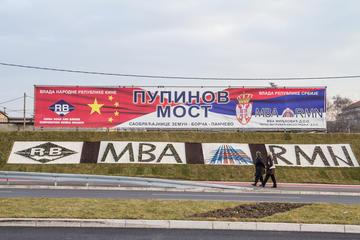 Un manifesto in Serbia inneggia alla collaborazione tra Cina e Serbia