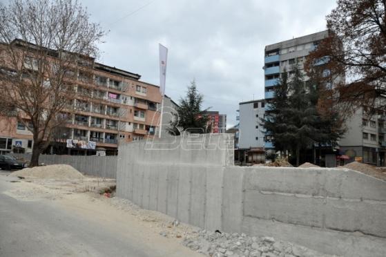 Il muro di Mitrovica (foto Beta)