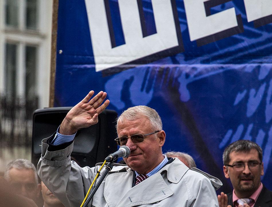 Vojislav Šešelj durante un comizio elettorale (© Djordje Mustur/Shutterstock)