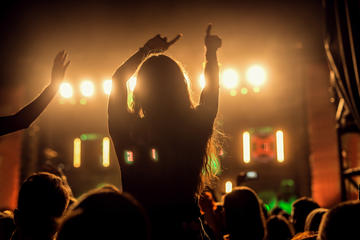 Ragazza balla al festival EXIT