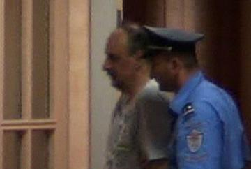 Goran Hadžić mentre viene condotto in carcere a Belgrado