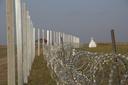 Il muro ungherese a Kübekháza, dove si conclude in un prato, tagliando fuori il monumento ai tre confini (foto G. Vale).
