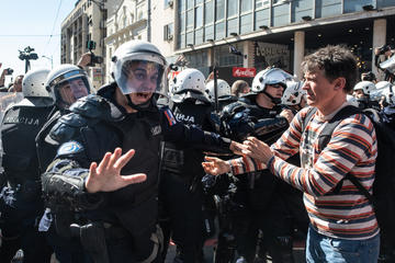 Le proteste del 17 marzo scorso davanti al palazzo della Presidenza della Serbia © Marko Rupena/Shutterstock