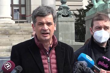 Il presidente di NUNS Željko Bodrožić, accanto al caporedattore di KRIK Stevan Dojčinović durante la conferenza stampa del 17 marzo 2021