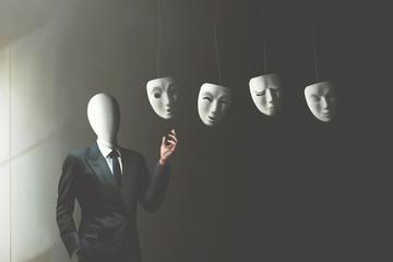 Un uomo in giacca e cravatta senza viso e al suo fianco numerose maschere