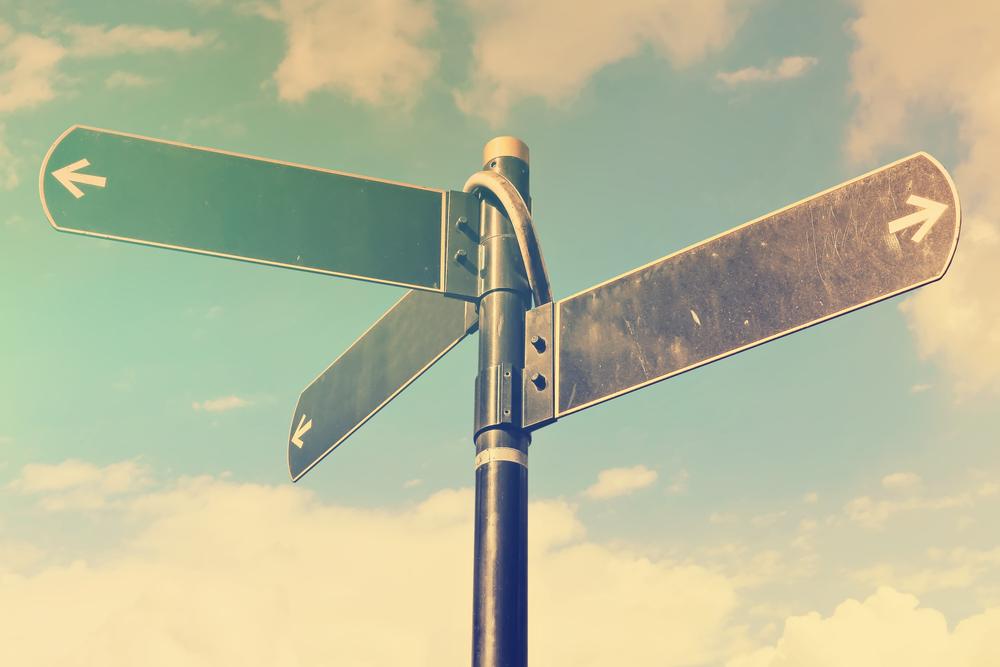 Cartelli stradali con frecce che indicano in opposte direzioni