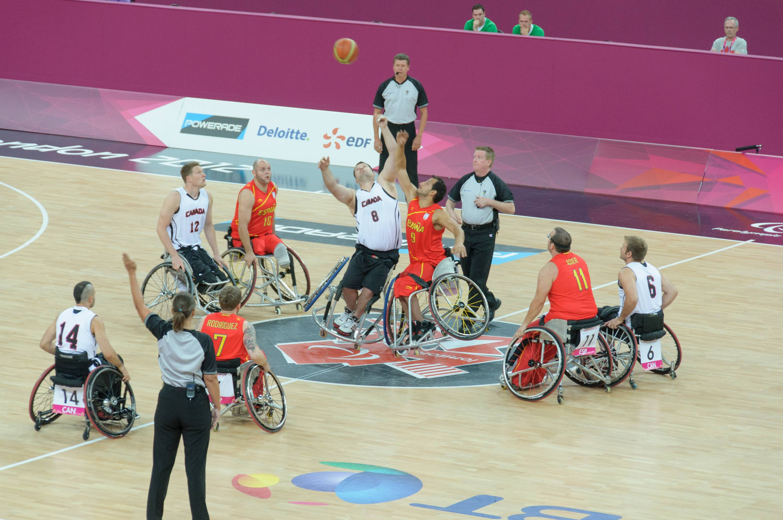 Una partita di basket in carrozzella (Wikimedia)