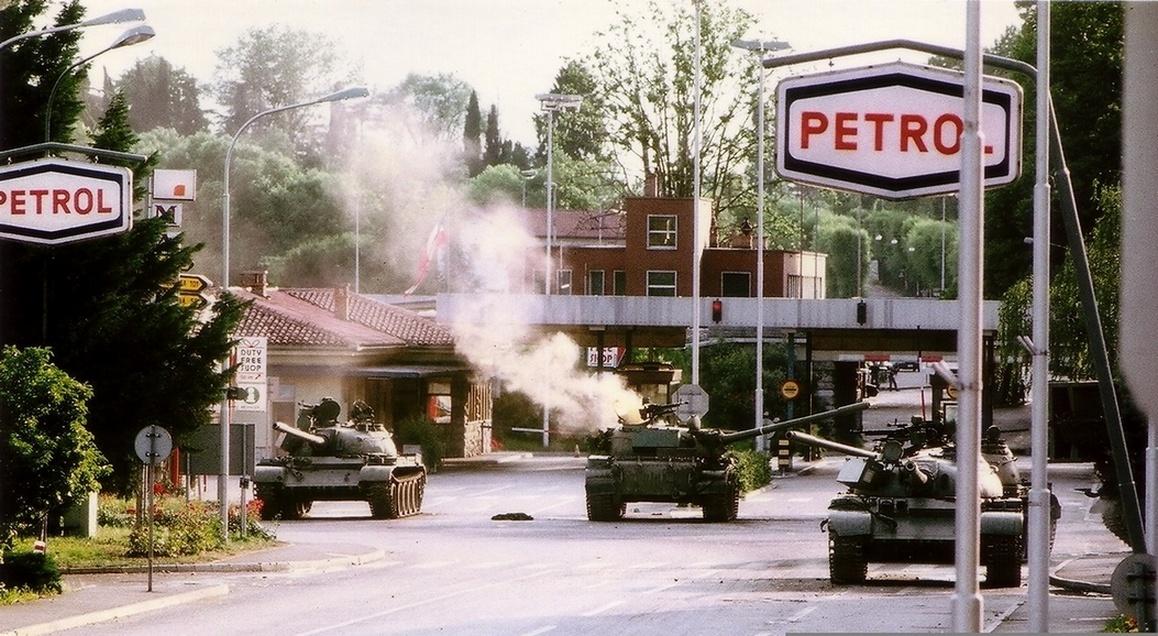 """Scontri al passaggio di confine della """"Casa rossa"""", nei pressi di Gorizia, a seguito della dichiarazione di indipendenza della Slovenia - foto di Peter Božič - CC BY 3.0, Wikimedia"""