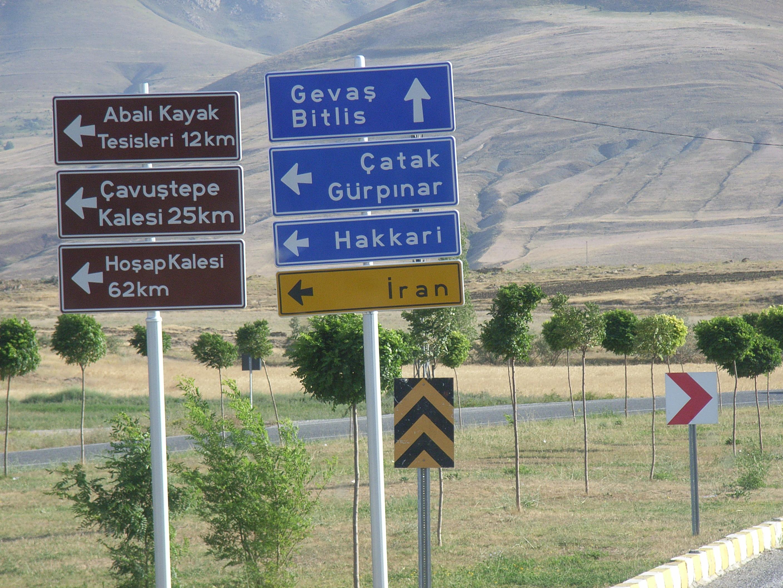 Indicazioni stradali nel sud est della Turchia (foto di Fabio Romano)