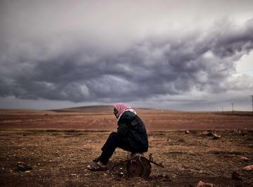 Un rifugiato curdo nella città di Mursitpinar (Turchia) aspetta notizie sulla città di Kobane (Foto Aris Messinis, Flickr)
