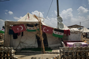 Bandiere turche e siriane nel campo profughi di Boyunyogun