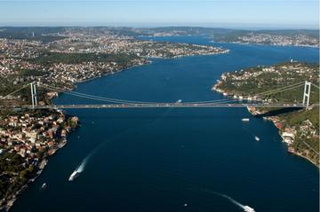 View of the Bosphorus in Istanbul - © Mehmet Cetin/Shutterstock