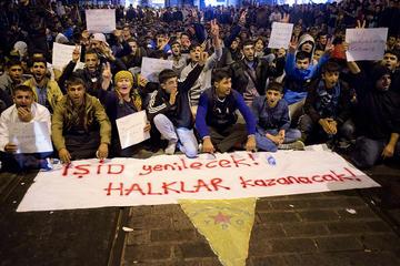 """Proteste curde a Istanbul, sullo striscione: """"L'Isis verrà sconfitto, vinceranno i popoli"""" (foto © Federico Tummolo)"""