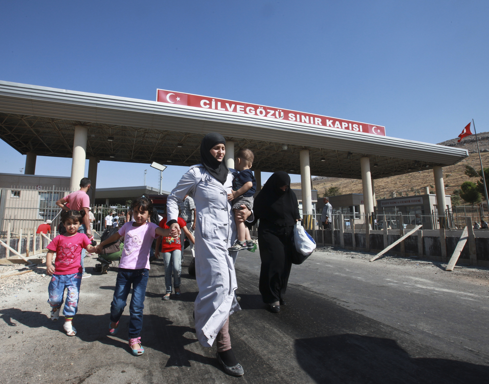 Rifugiati siriani che attraversano il confine con la Turchia, ottobre 2014 - kafeinkolik/Shutterstock