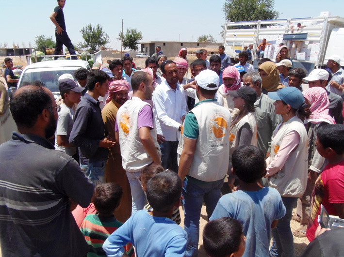 Distribution of aid (photo by Dimitri Bettoni)