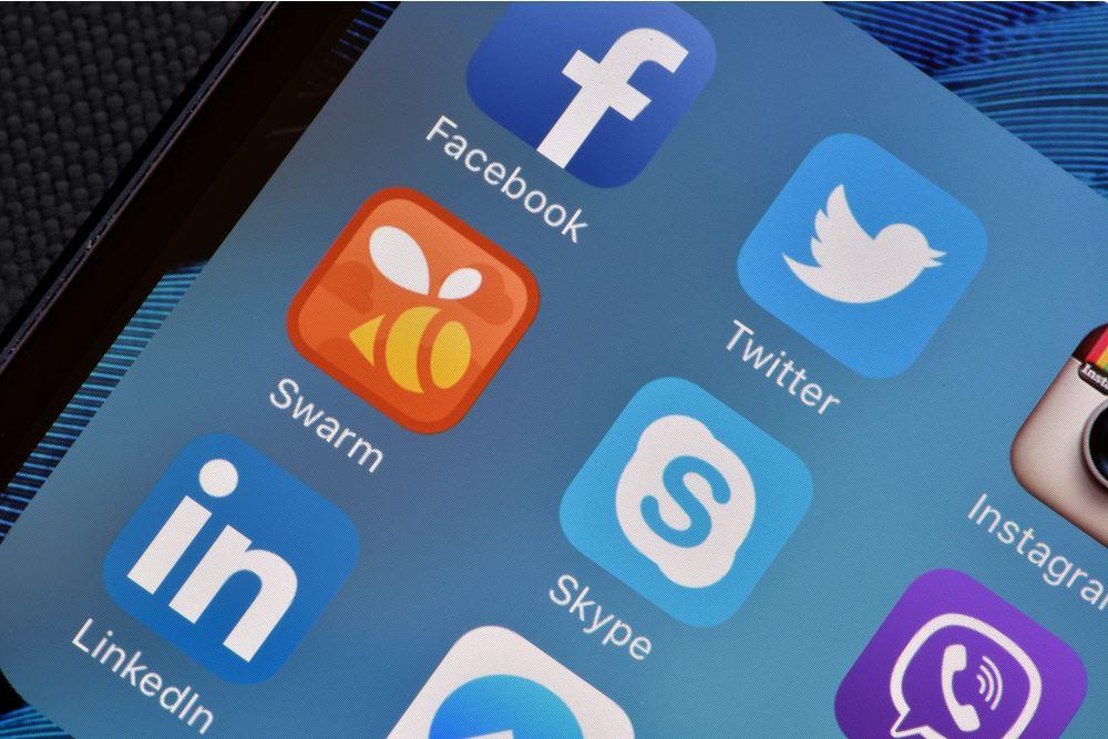 Telefono cellulare con le app dei principali social media - © gd_project/Shutterstock