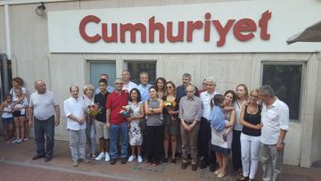 I giornalisti rilasciati presso la sede di Cumhuriyet (foto © Jorgen Lorentzen)