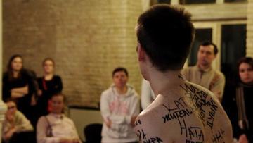 """Un momento della performance """"Map od Identity"""", regia di Anton Romanov"""