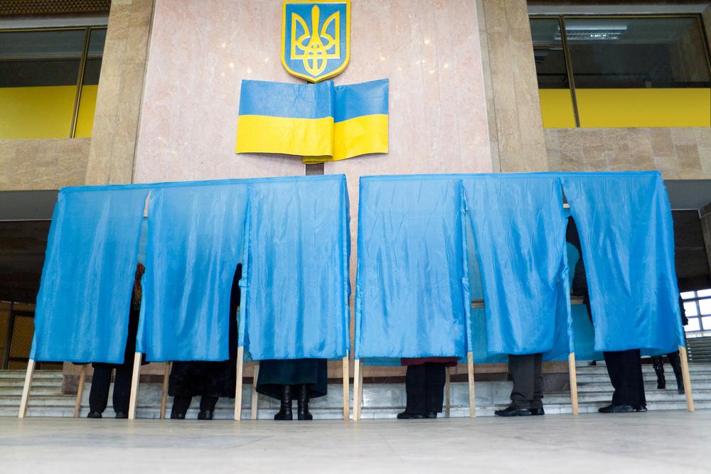 Durante una tornata elettorale in Ucraina (Alexander Kalina/Shutterstock)