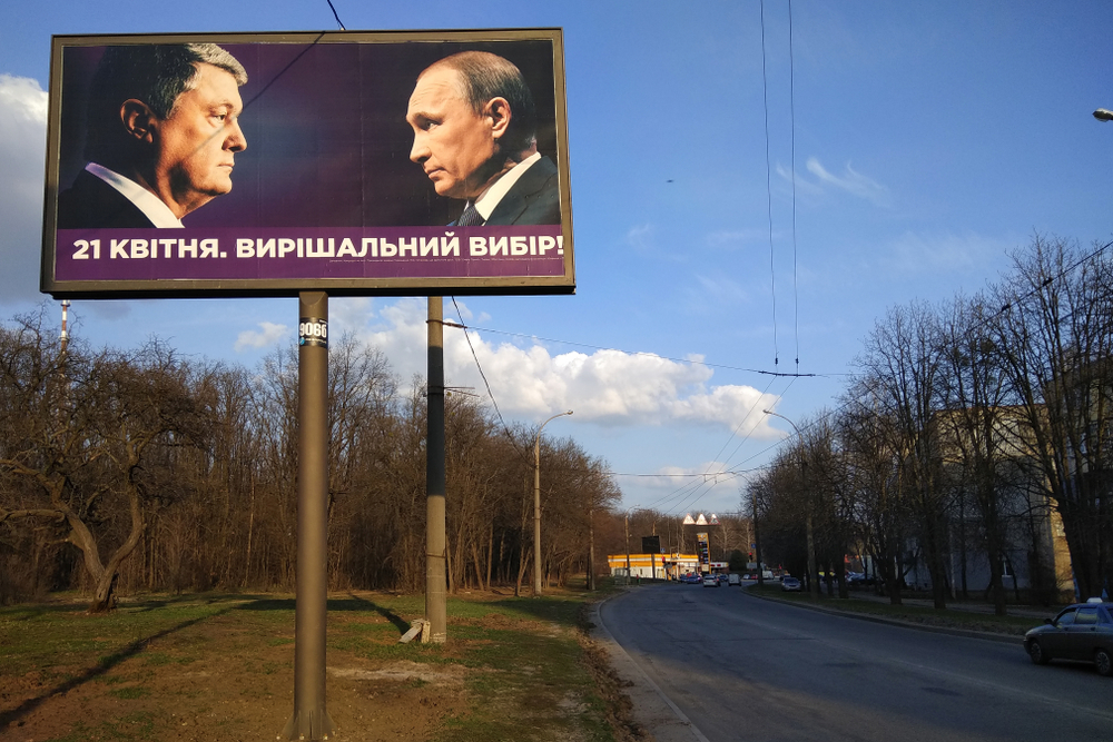 Manifesto elettorale che ritrae l'ex presidente Poroshenko e il presidente russo Putin (Foto © aquatarkus/Shutterstock)
