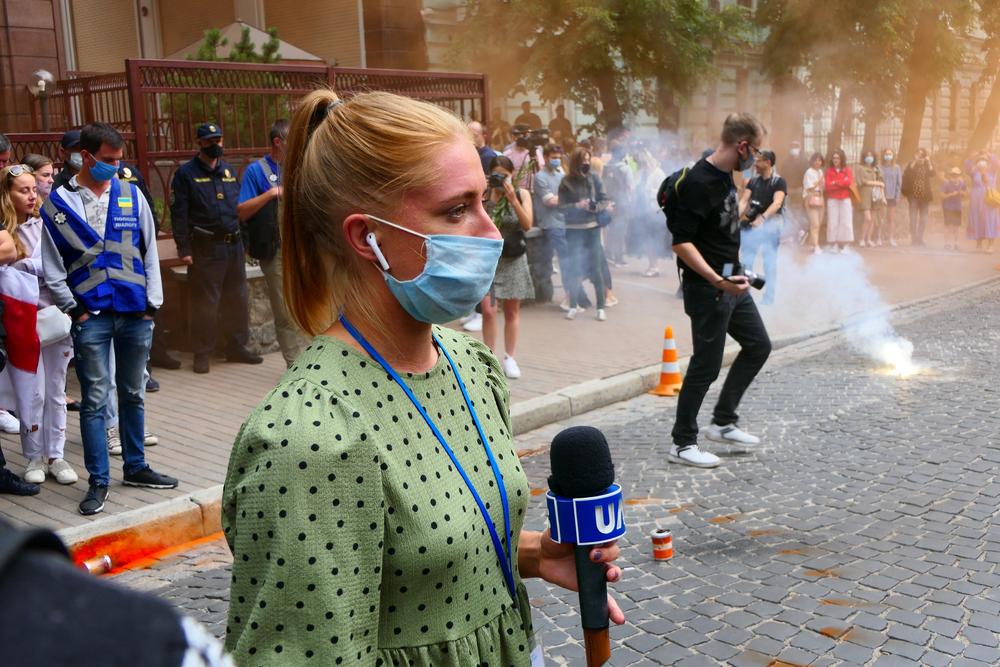 Una giornalista al lavoro a Kiev nell'agosto 2020 (© Oleksandr Polonskyi/Shutterstock)