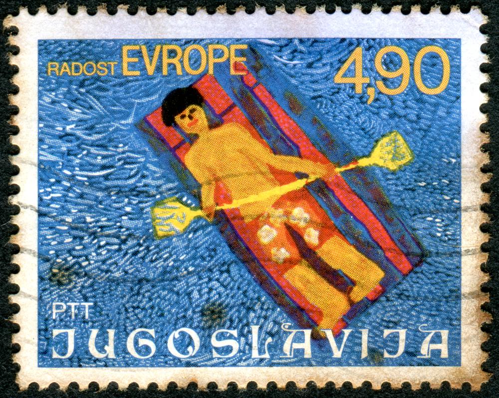 Un francobollo jugoslavo degli anni '70 raffigurante un disegno di bambino che fa il bagno (© Sergey Kohl/Shutterstock)