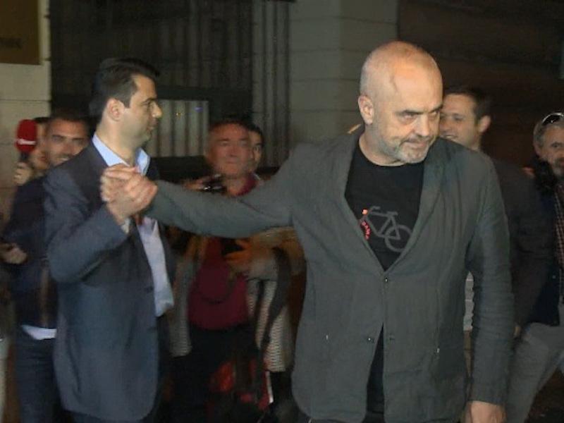 Stretta di mano tra il premier Edi Rama il segretario PD Lulzim Basha