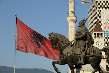 Tirana, statua Skandergberg e bandiera - foto Andreas Lehner - Flickr.jpg