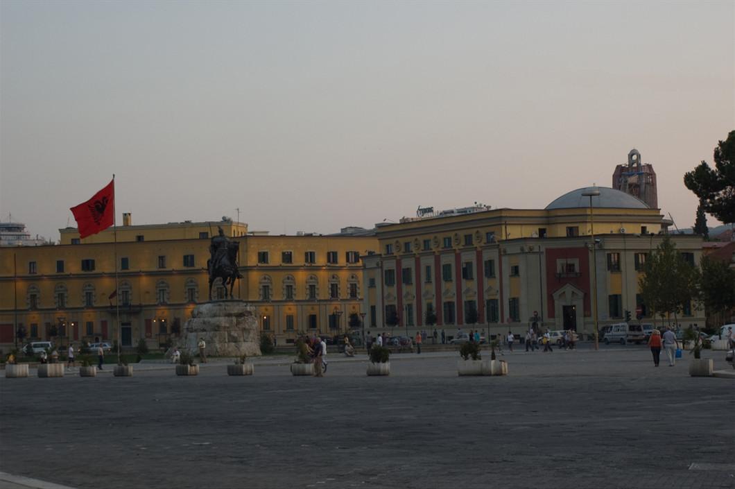 Tirana, piazza Skanderberg - foto Zé Valdl Flickr.jpg