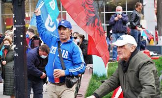 Sostenitori del Partito democratico durante la campagna elettorale a Tirana © Zuttmann Benoelken/shutterstock