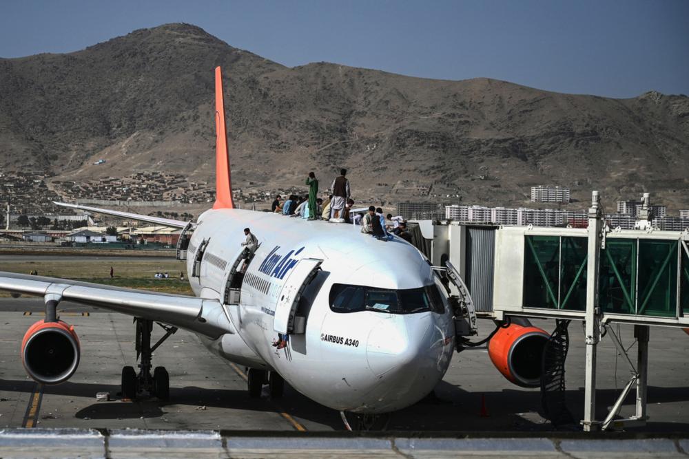 18 agosto 2021, un aereo sulla cui fusoliera sono salite delle persone all'aeroporto di Kabul - © john smith 2021/Shutterstock