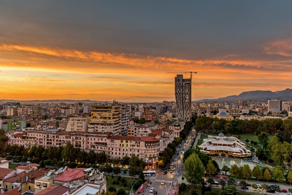 Tirana al tramonto, foto Alexey Koimshidi Shutterstock