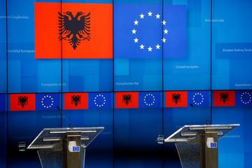 I microfoni vuoti prima di una conferenza stampa, dietro le bandiere dell'Ue e dell'Albania