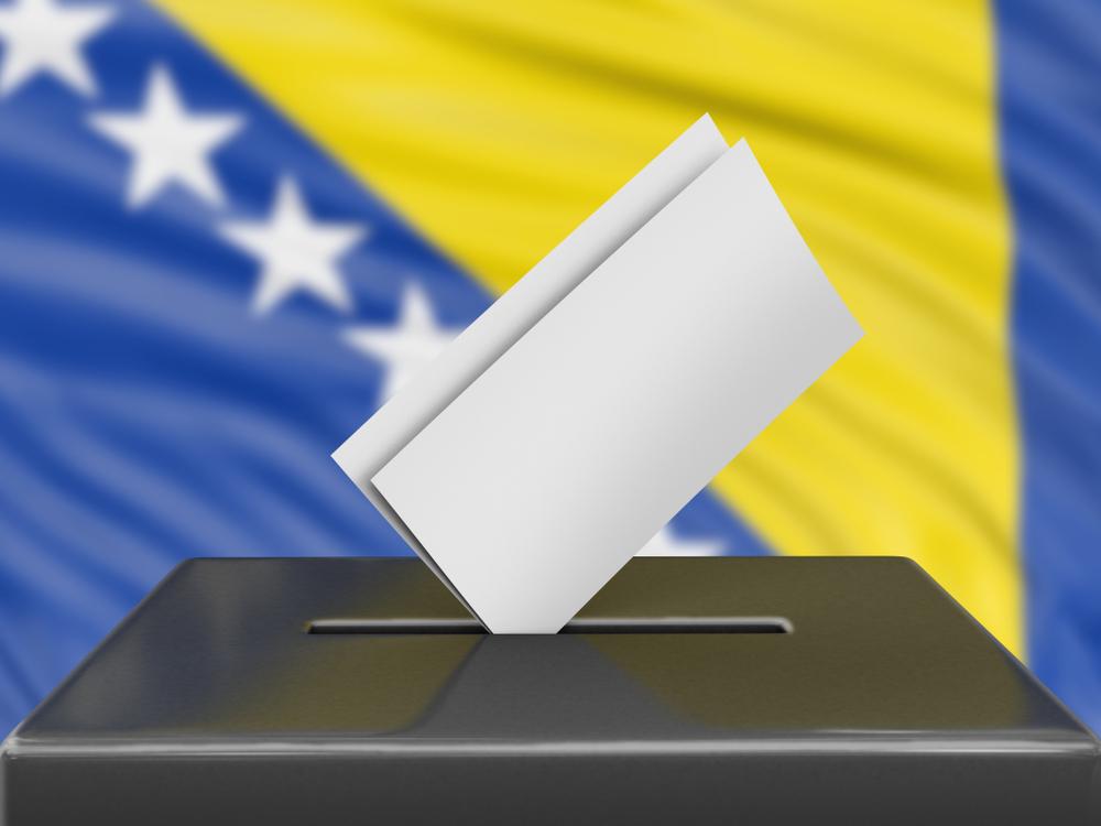 Urna elettorale con sfondo bandiera della Bosnia Erzegovina © corund/Shutterstoc