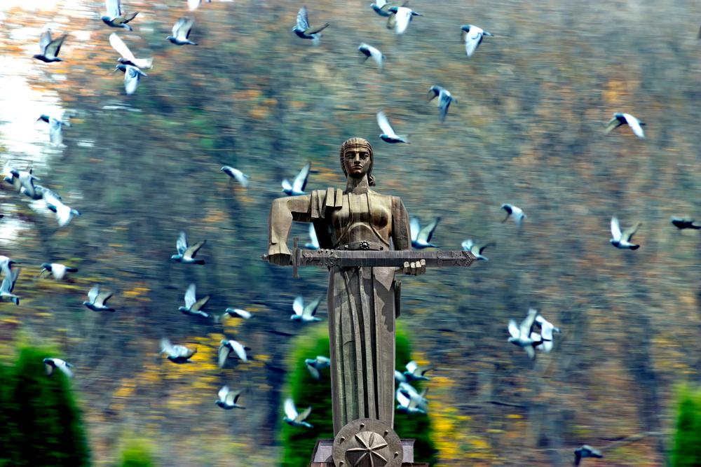 """""""Madre Armenia"""" (in armeno Mayr Hayastan) è la personificazione nazionale dell'Armenia. La sua rappresentazione visiva più famosa è una monumentale statua sita nel Parco della Vittoria, a Yerevan, la capitale armena, dove sovrasta l'intera città - Mikhail Pogosov/Shutterstock"""