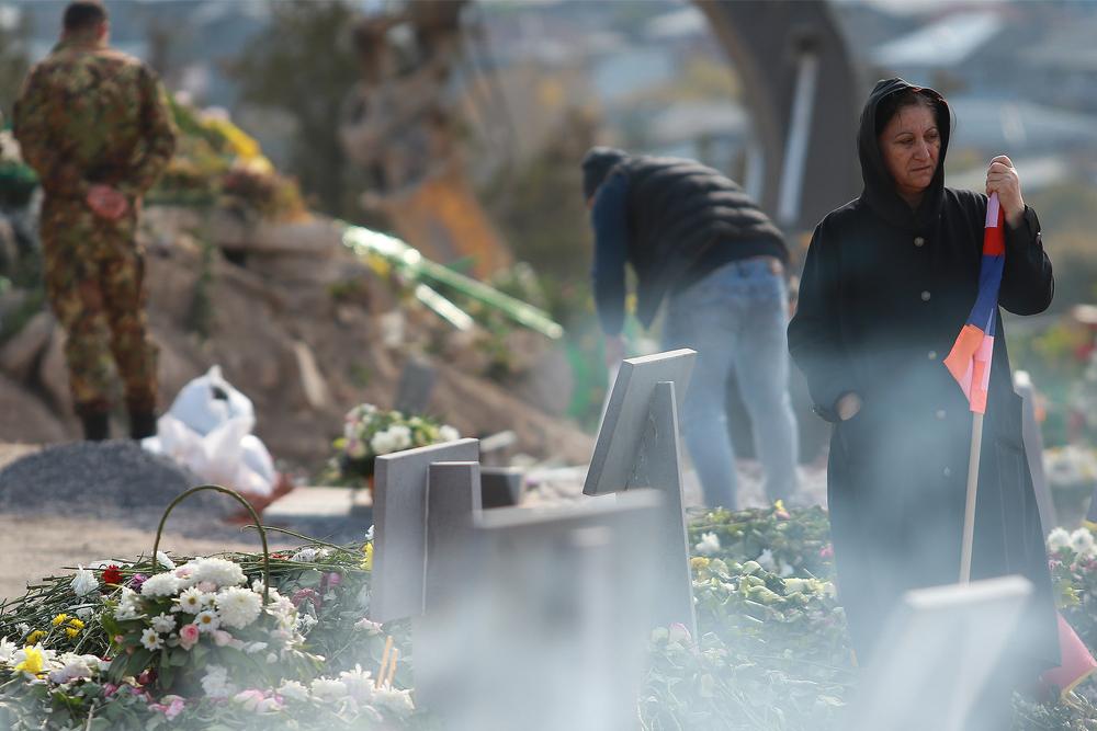 22 novembre 2020, una donna assiste a Yerevan al funerale di un soldato caduto nel conflitto in Nagorno Karabakh - © Gevorg Ghazaryan/Shutterstock