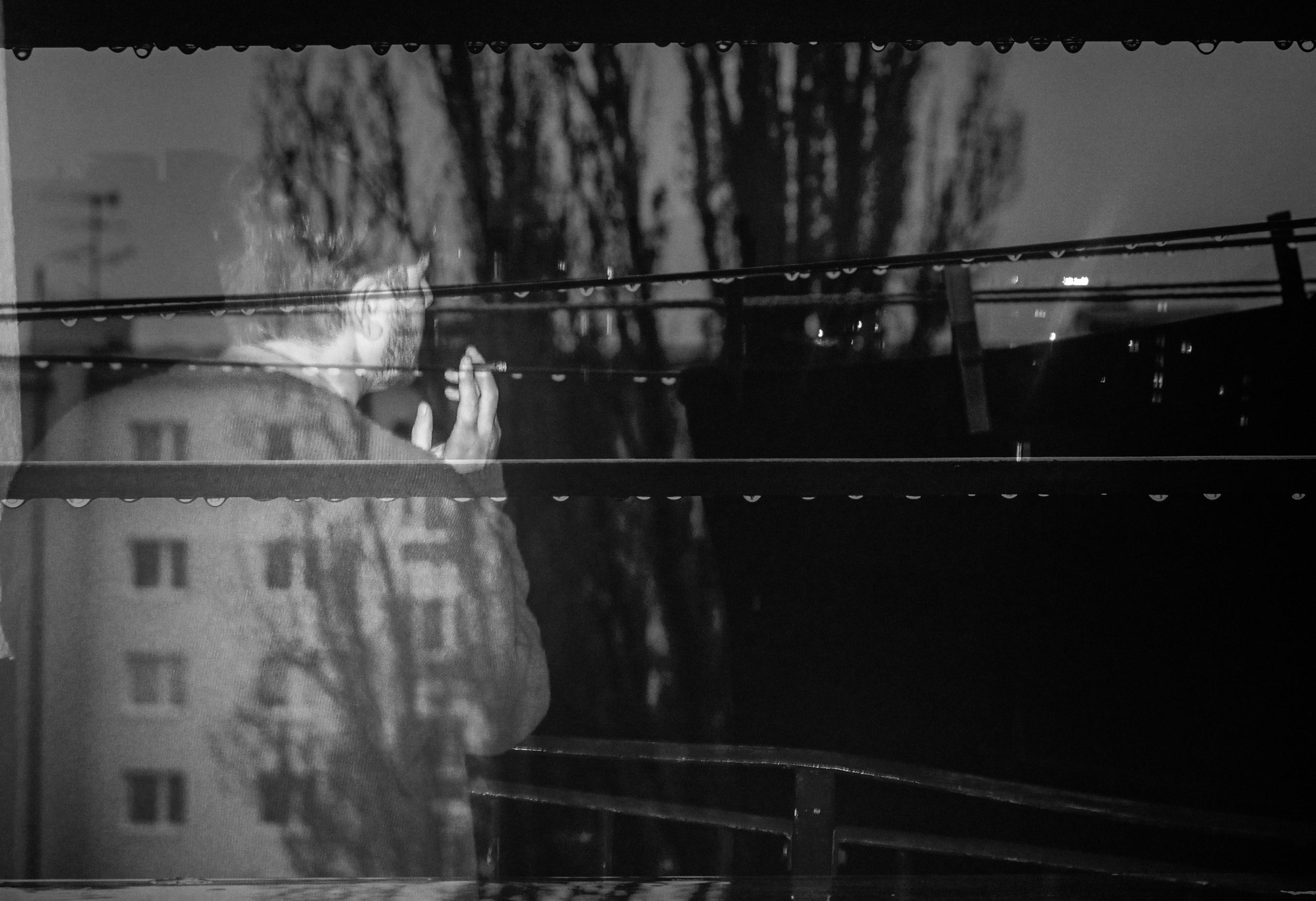Un uomo, di spalle, dietro ad una finestra - foto © Chai Khana