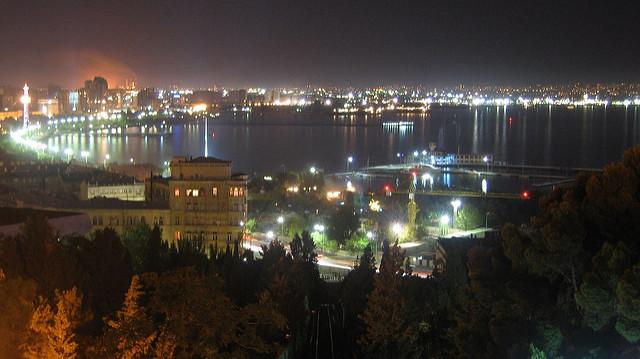 Baku di notte, Azerbaijan - Foto di David Davidson Flickr.com.jpg