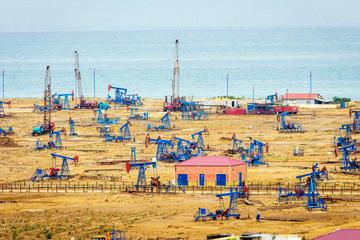 Pozzi di petrolio sul Mar Caspio nei pressi di Baku (foto ©Ana Flasker/Shutterstock)