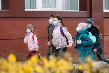 Alcuni scolari con la mascherina