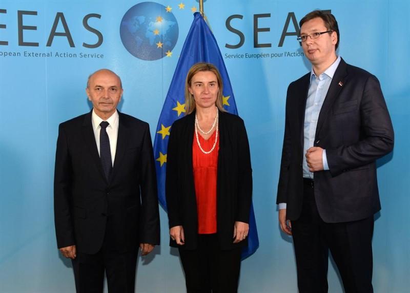 Il premier kosovaro Isa Mustafa e il premier serbo Aleksandar Vučić con l'alto rappresentante UE Federica Mogherini