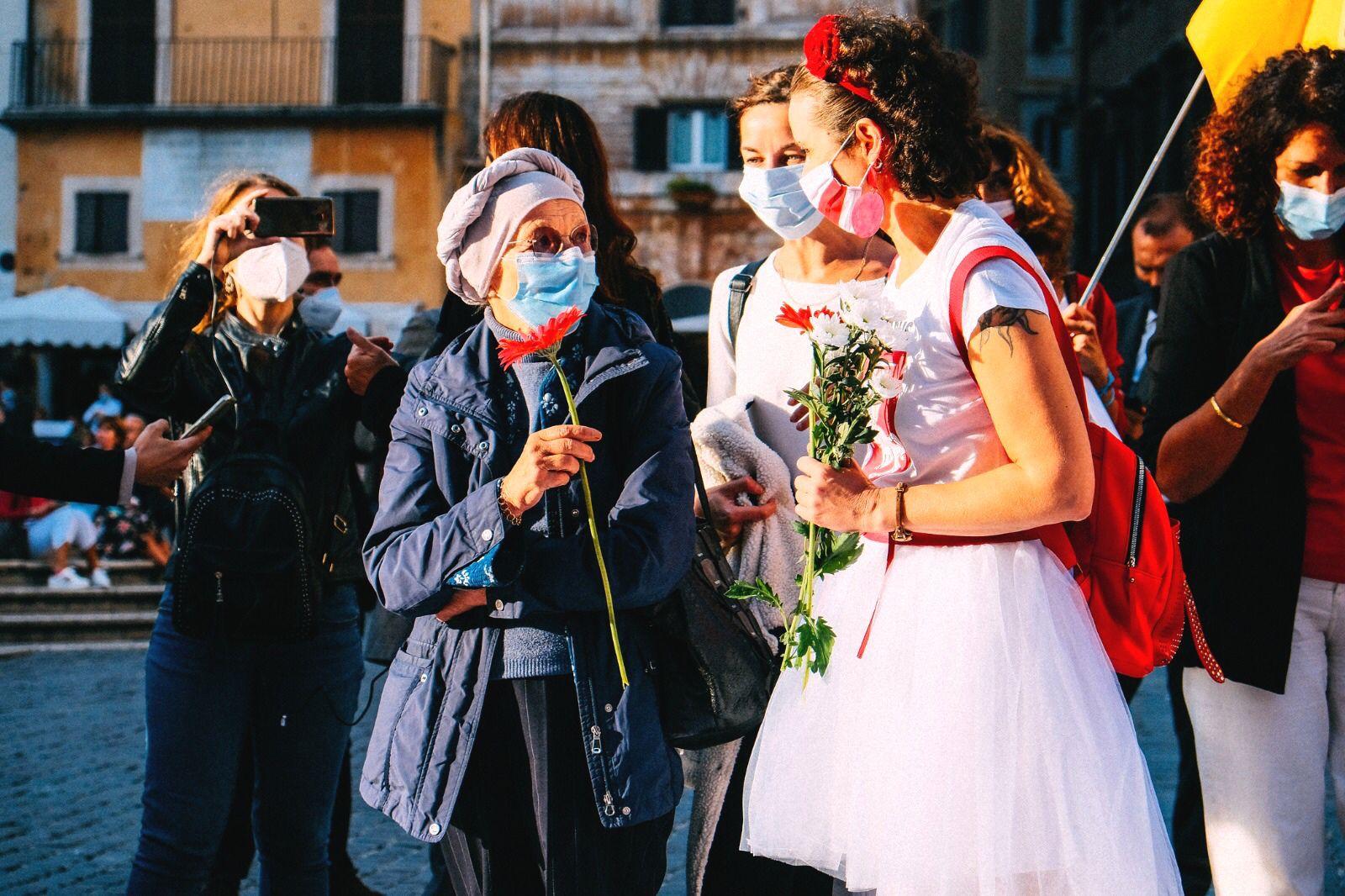 Ekaterina Zyuzyuk در کنار اما Bonino هنگام تظاهرات در ایتالیا