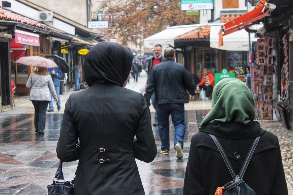 Persone che passeggiano nel centro di Sarajevo © Omri Eliyahu/Shutterstock