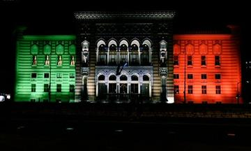 La Vijećnica illuminata col tricolore